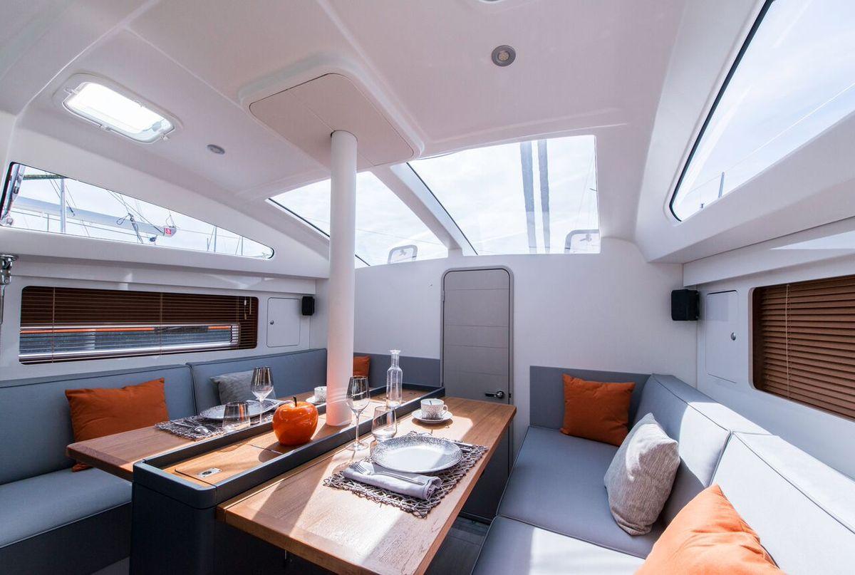 Beaucoup de lumière à bord, et un choix de style priorisant les couleurs claires et les matériaux confortables. Un RM est un voilier performant.... qui s'apprécie aussi à l'intérieur.