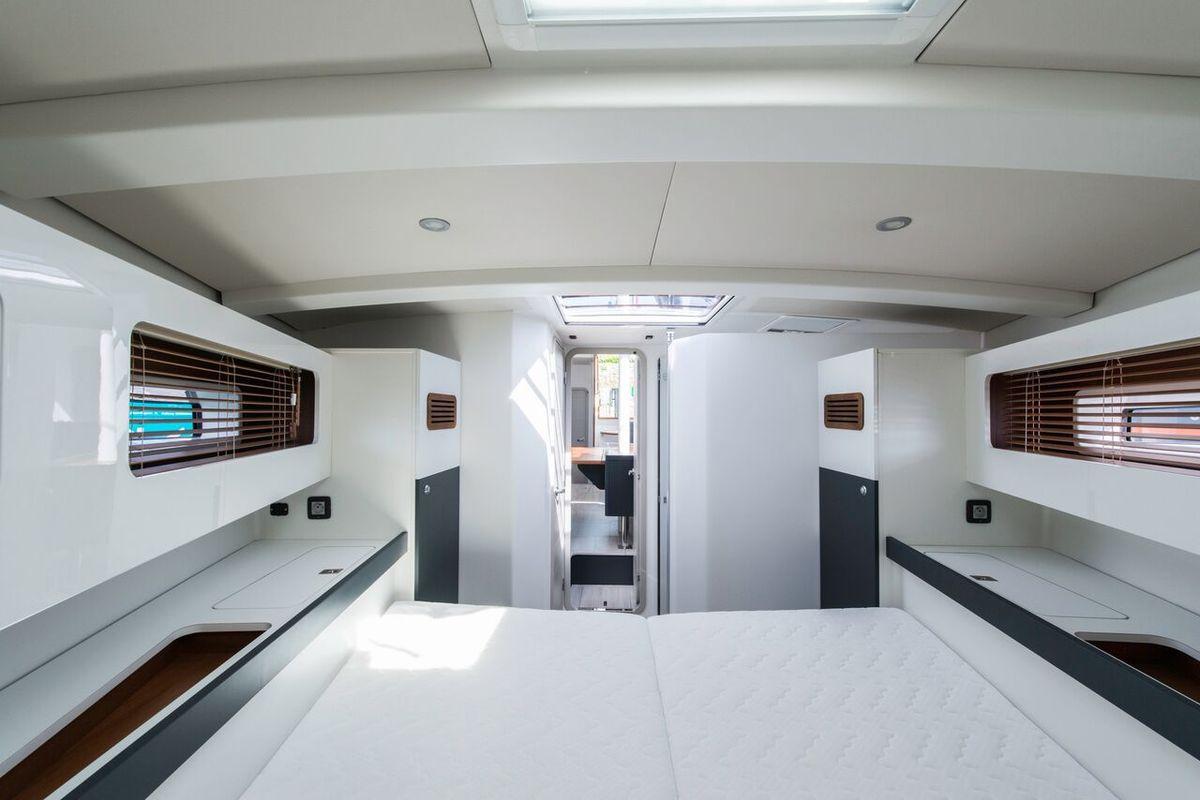 La vue depuis la tête de lit de la cabine propriétaire permet de bien en visualiser tous les volumes !