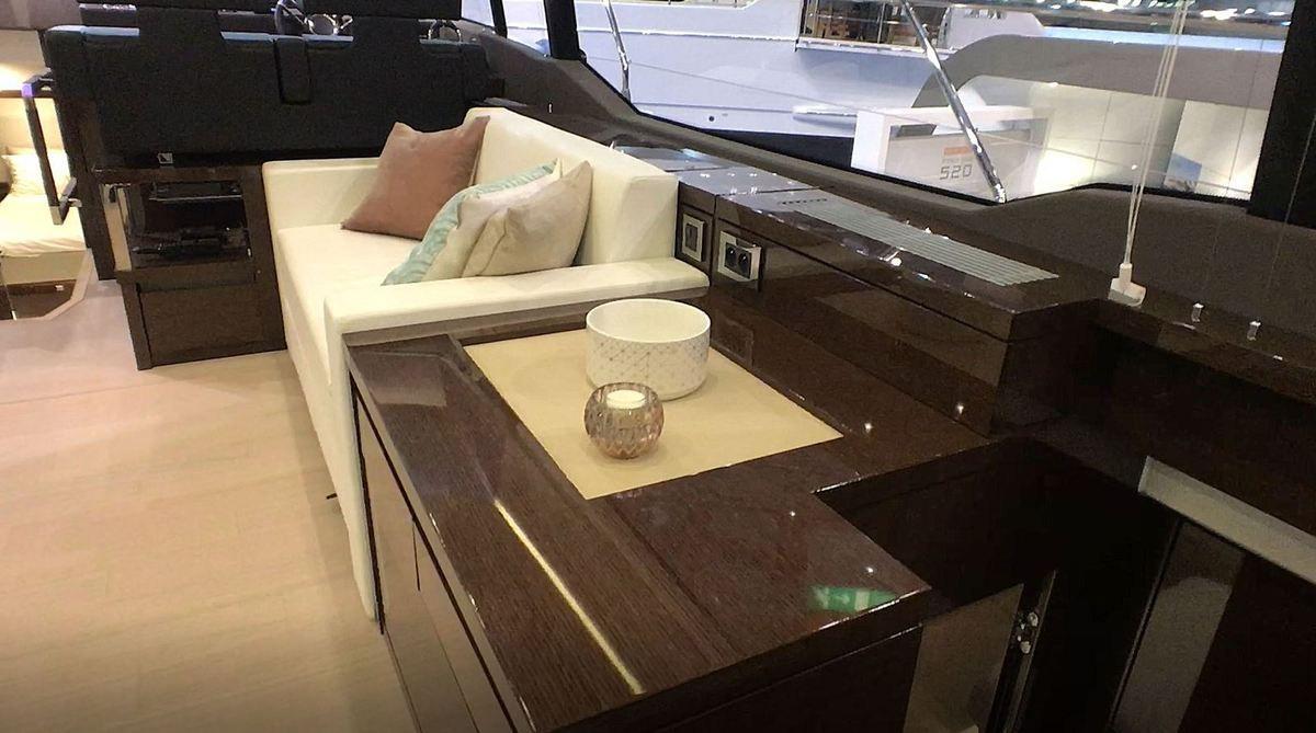 Vidéo en direct du Boot - présentation de la nouvelle finition intérieure High Gloss proposée par Prestige Yachts