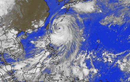 Le Japon en alerte maximale avant l'arrivée d'un très violent typhon