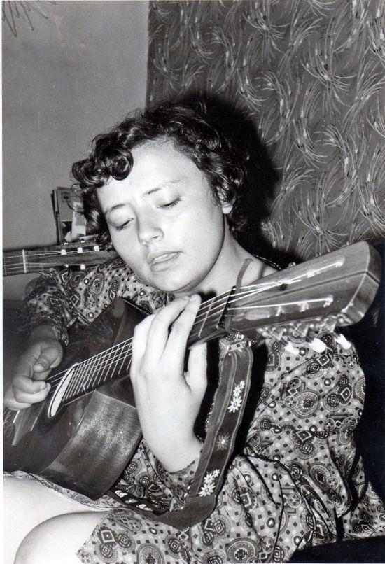 Evelyne Girardon à la guitare (Photo : Collection privée)
