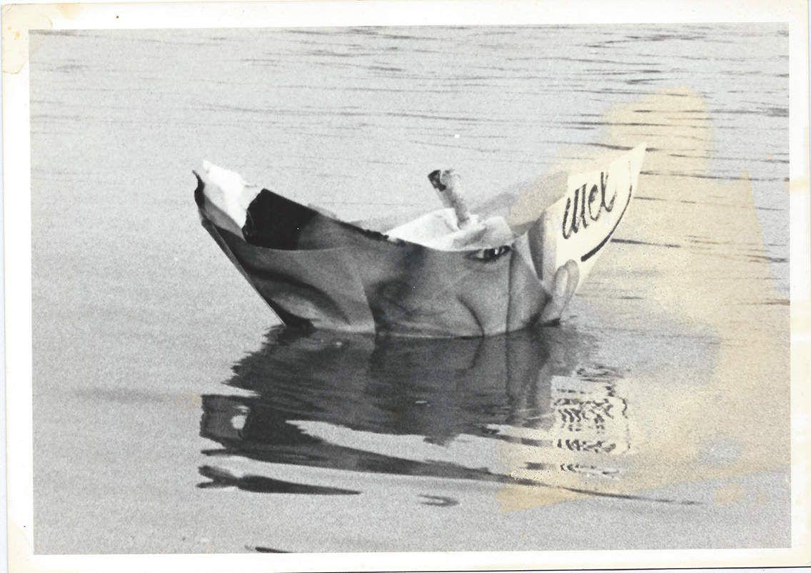 La photo est de Michel Coureau (Mâcon 1985) et le titre m'a été inspiré par une petite fille de maternelle qui avait participé avec son école au pliage des 10 000 bateaux pour le festival du Bateau que nous organisions avec Jean-Pol et Dany et qui en me donnant son bateau qu'elle avait décoré me demanda s'il allait traverser la méditerranée, le bateau sur la photo est le premier que j'ai effectivement mis à l'eau sur la Saône  non loin du pont de st Laurent pour les autochtones de ces lieux.