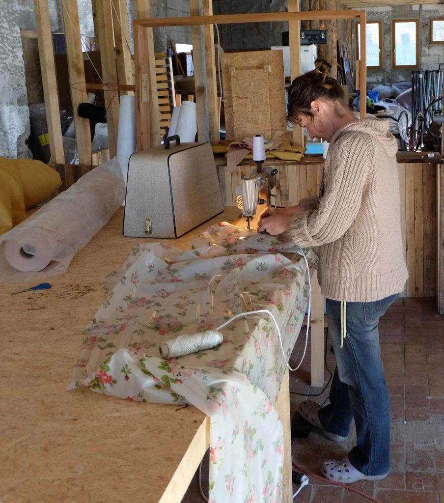 Pierre-Olivier entre téléphone et pinceau, encore une journée bien remplie pour tous les deux.