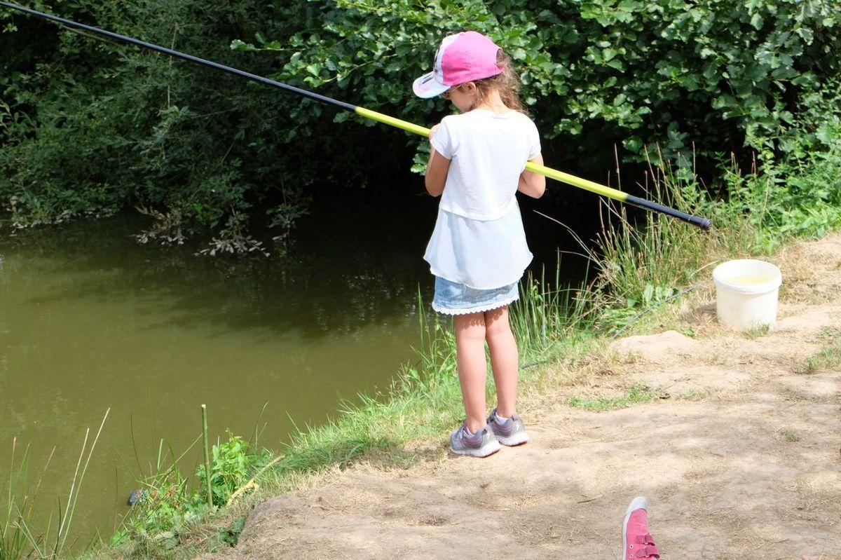 Leçon de pêche pour un centre aéré à la Maisondici