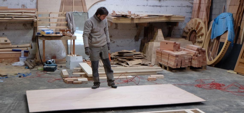 Antony et Marie finissent de construirent leur yourte