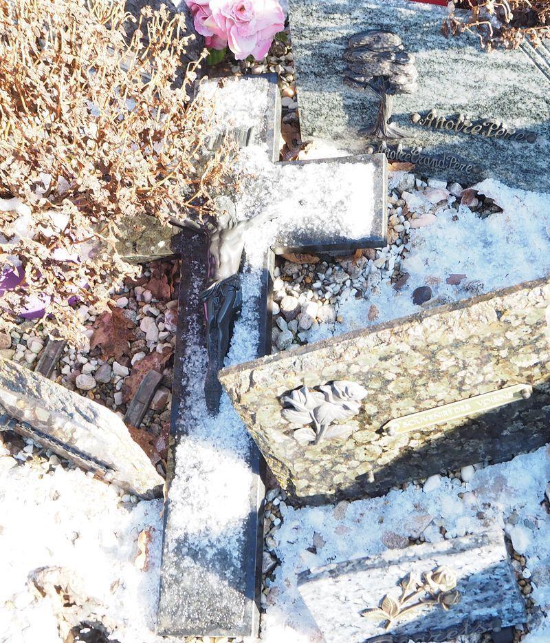 Giboulées de neige sur le cimetière