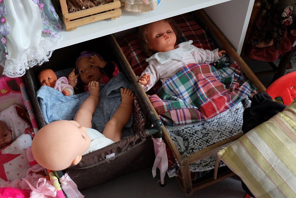 Elle habille les poupées pour Les Après-Midi Créatifs