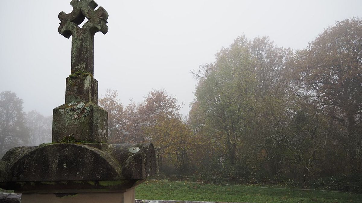 Le cimetière est sous la brume
