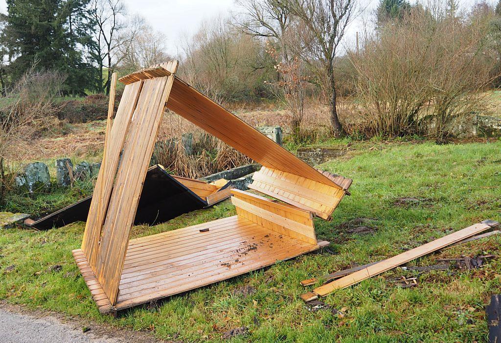 L'abri au carrefour du Moulin des Voivres a été renversé par la tempête.
