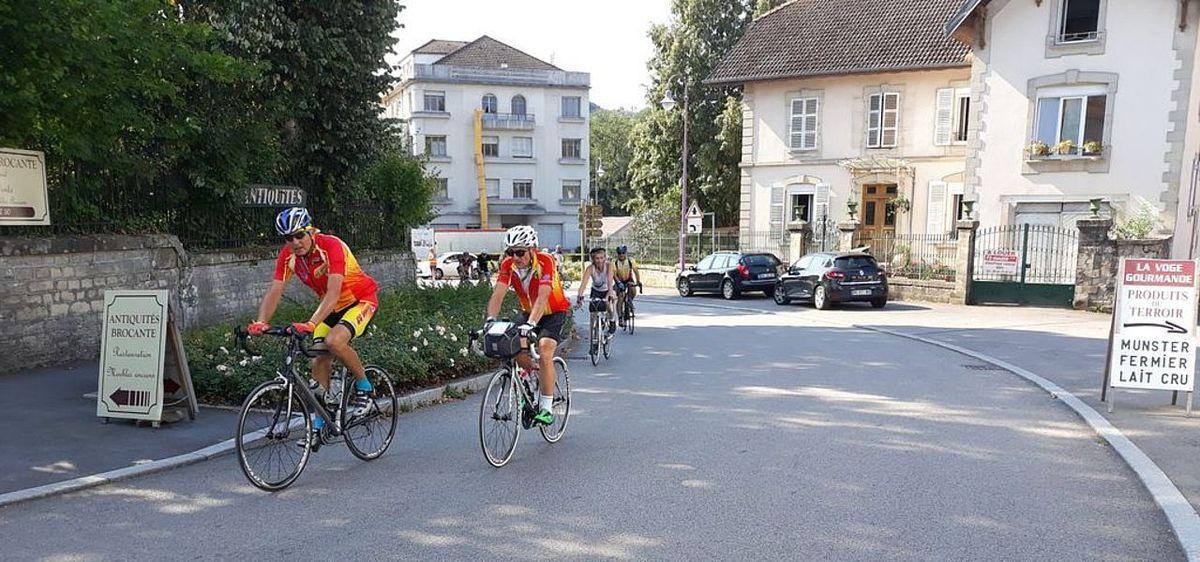 Les cyclotouristes se restaurent à la Vôge Gourmande