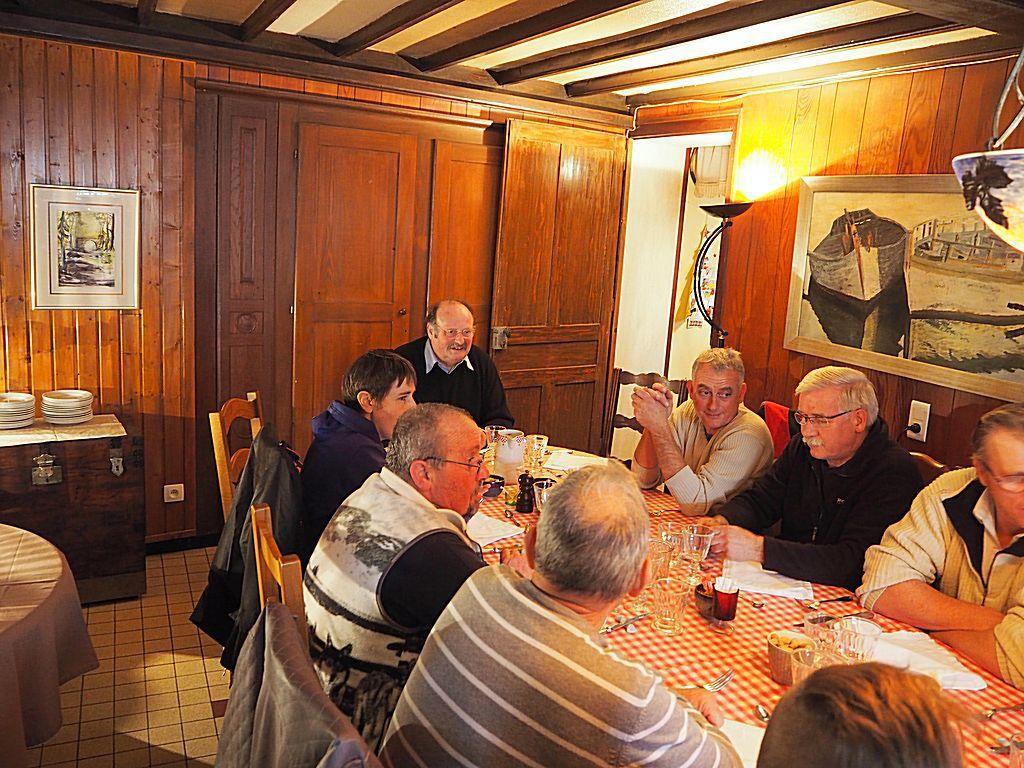Repas annuel du chantier d'insertion au Pont des Fées présidé par  le maire,Michel Fournier, en bout de table.