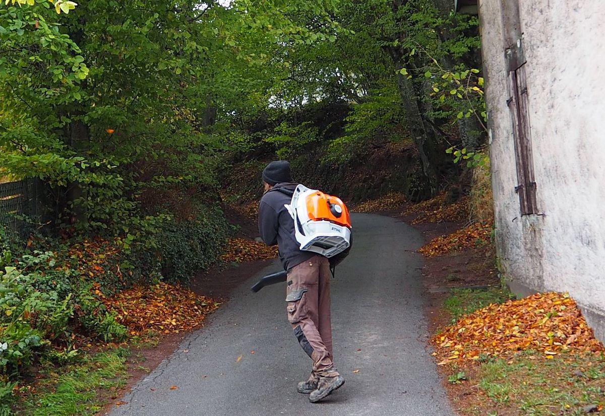 Nettoyage des feuilles mortes sur le chemin du cimetière