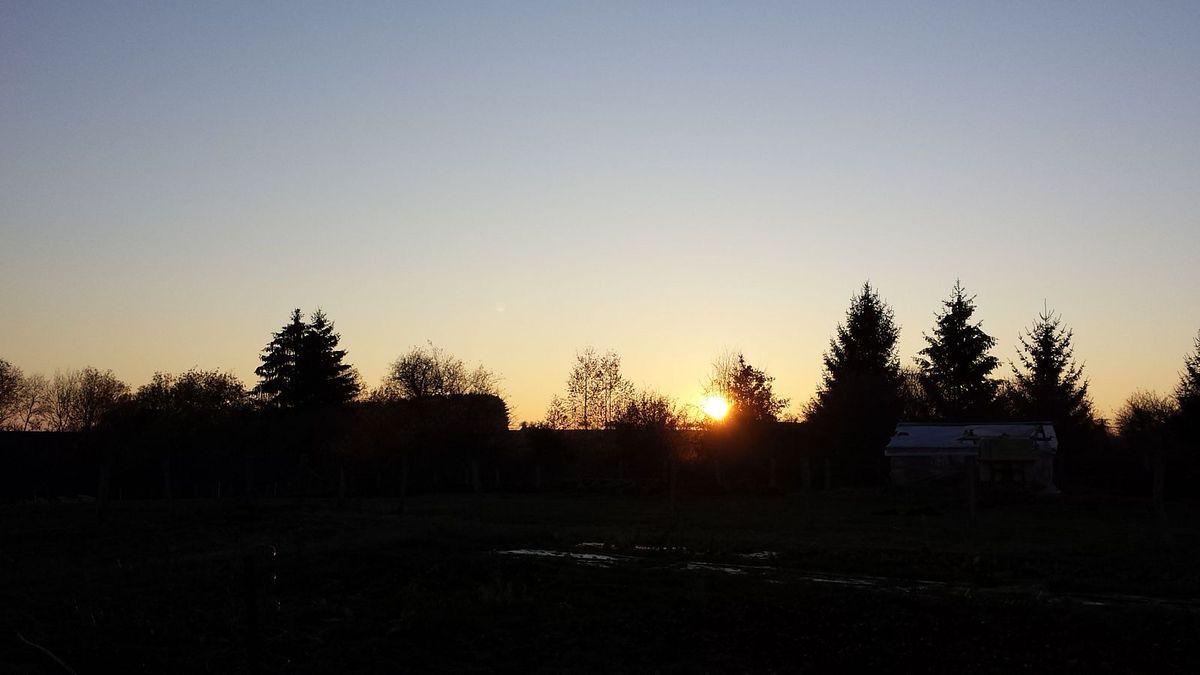 Brumes matinales au Village et coucher de soleil à Gruey les Surance. Photos lesvoivres88240/Evelyne
