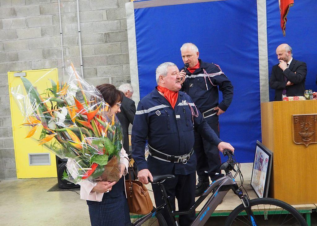 Un vélo électrique a été offert à Joël Laurent et une gerbe à son épouse.