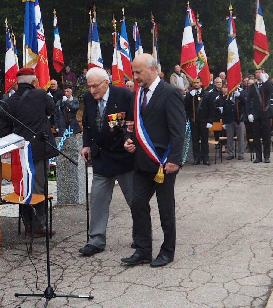 Le maire de la Vôge les Bains, Frédéric Drevet raccompagne Roland Thomas à sa place.
