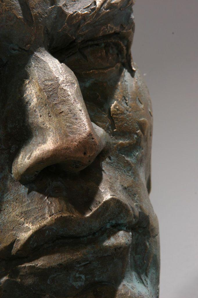 """Ci-dessous, ci-dessus :  """"Rivelazione"""", Matteo Pugliese, marbre de Carrare & bronze, 2008 : http://matteopugliese.com/artworks/extra-moenia/rivelazione/"""