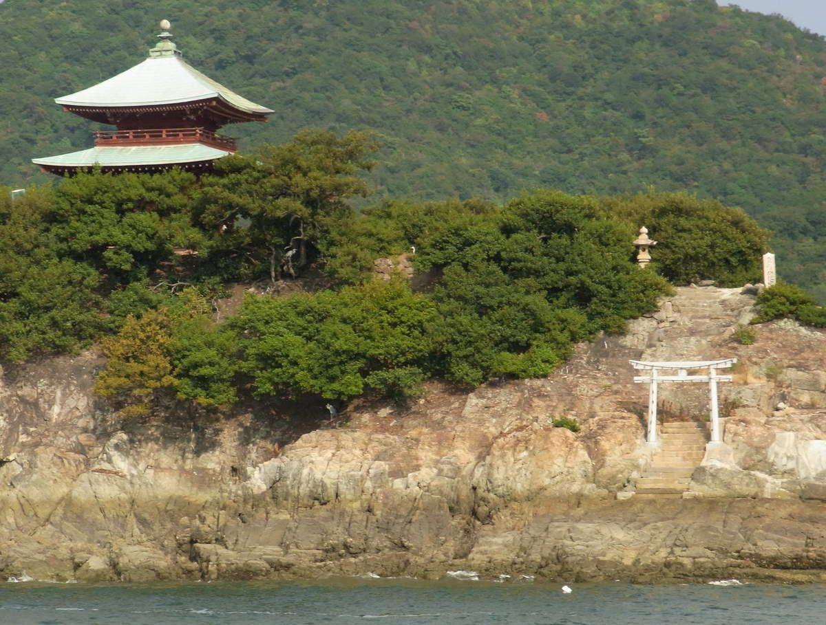 Le bateau passe devant cet îlot surmonté d'un temple, très exotique !