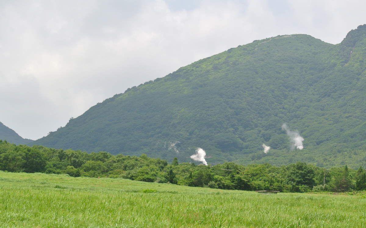 Au loin, des fumées naturelles de vapeurs d'eaux thermales s'échappant de la terre...