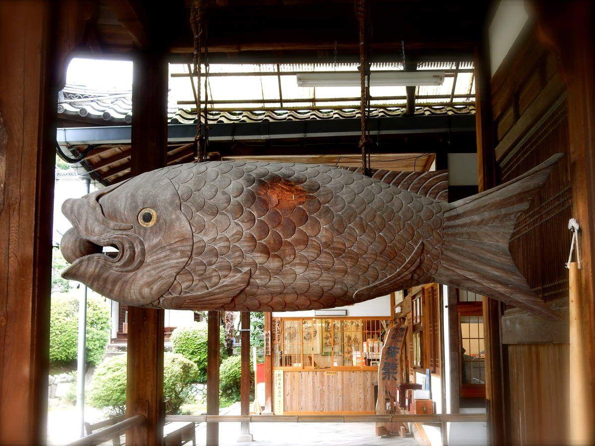 Le grand poisson de bois servant de gong pour appeler les moines lors des repas