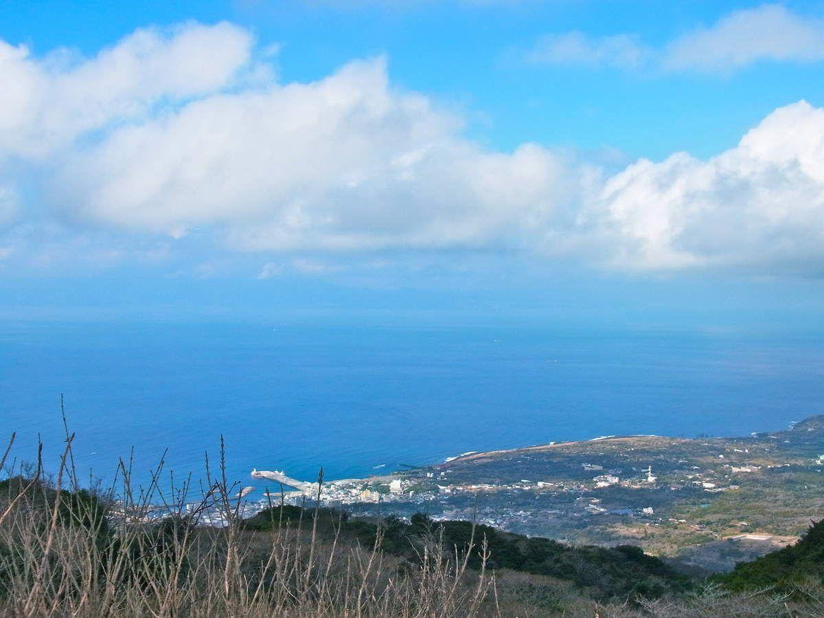 Vue panoramique depuis le parking, au départ pour la promenade sur le volcan Mihara.