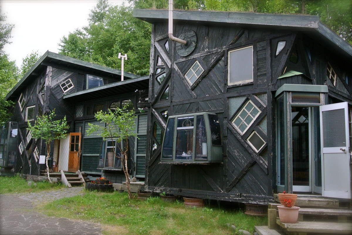 Maison originale, composée de différents ojets récupérés, cabine téléphonique, télésièges, morceaux de bus...