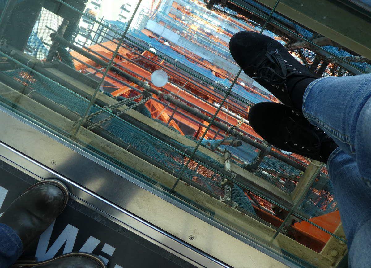 """Vitre pour un petit """"skywalk"""" à 145 m du sol, à couper le souffle, un peu!"""