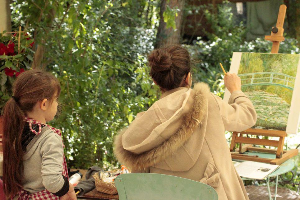 Emma et Philippine au jardin, cours sur la terrasse, il fait si beau !