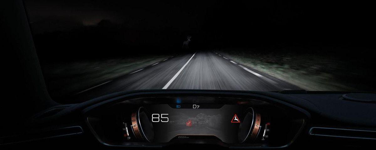 Peugeot 508 - intérieur - vue de la route, depuis le poste de pilotage, en pleine nuit