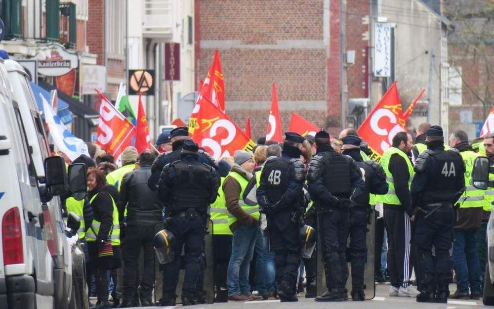 Beauvais, ce lundi. CGT et Gilets jaunes ont été tenus à bonne distance du Premier ministre par un important dispositif policier. LP/Vincent Gautronneau