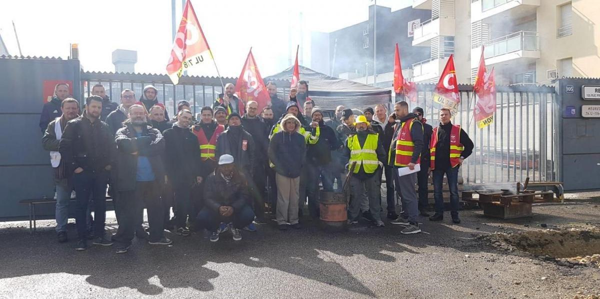 Les salariés grévistes de JST Transformateurs devant les locaux de l'entreprise. - © DR