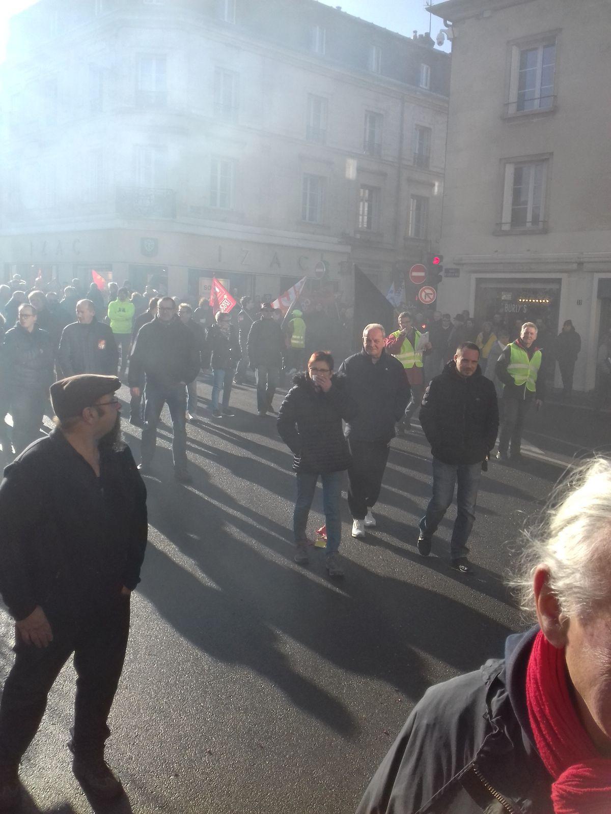 Manifestation Compiègne, un syndicaliste cfdt brûle sa casquette