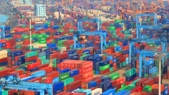 « Dans l'industrie pharmaceutique () 80 % des principes actifs des médicaments sont importés de Chine et d'Inde, contre 20 % il y a trente ans ». Photo : Le port de Busan (Corée du Sud) avec des conteneurs. Philippe Turpin / Photononstop