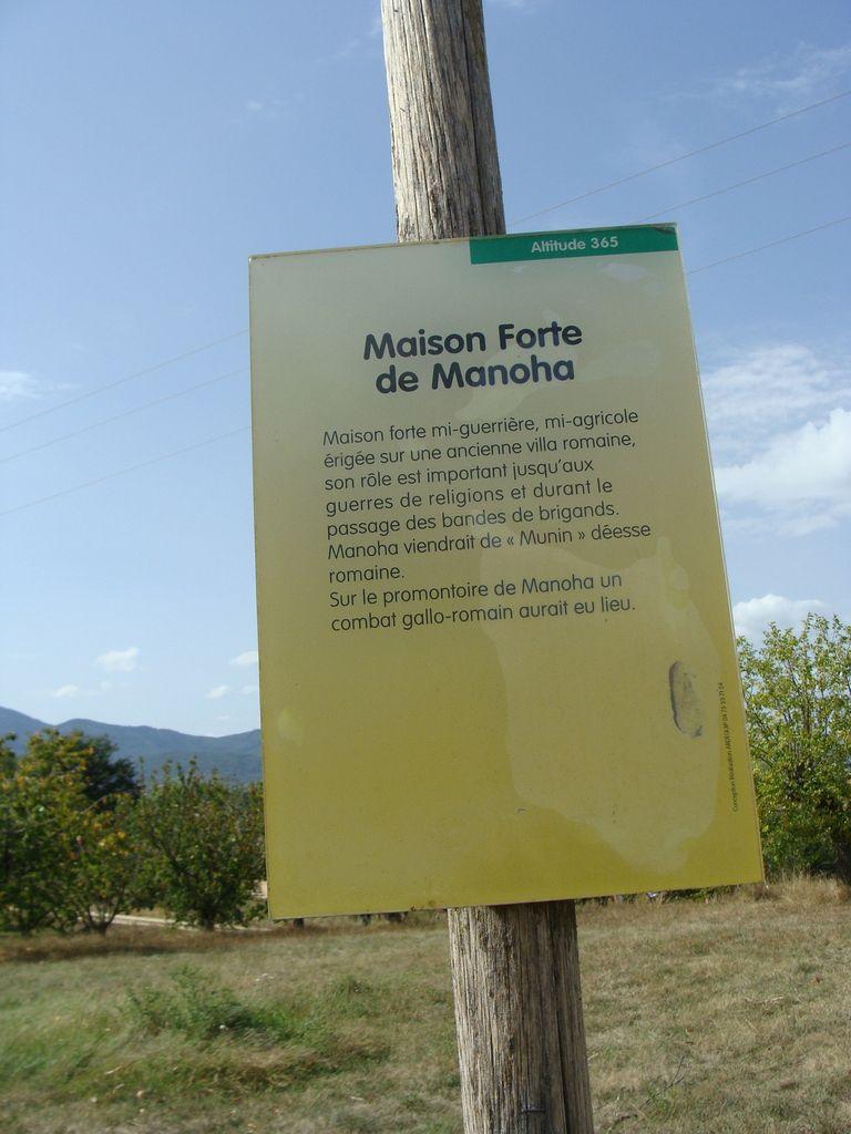 Situé sur la commune d'Ardoix, mais à 1,5 km seulement de Quintenas, Manoha est une maison forte avec ferme et château.