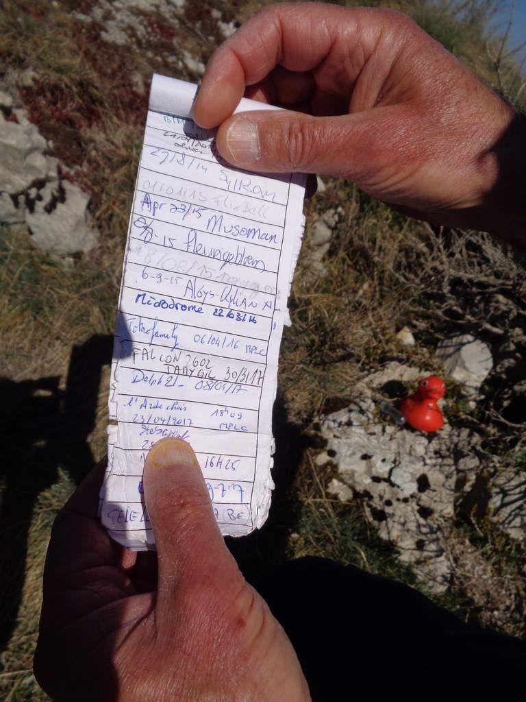 Découverte d'un message dans un petit canard .....laissé par d'autres randonneurs avant nous .....On a mis un petit mot et on l'a remis au même endroit .