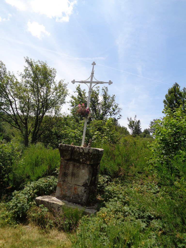 La Croix de Laurent Odouard qui rend hommage à ce guérisseur populaire. Il mourut dans la neige en mars 1896, sous le Crêt de Peillouté, cette crête rocheuse à la végétation arbustive.