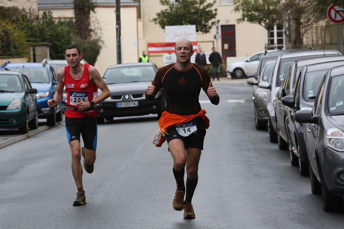 Le sourire de Séverine et les visages figés de ses collègues avant le départ du 20 km. Il n'a pas plu pendant les courses