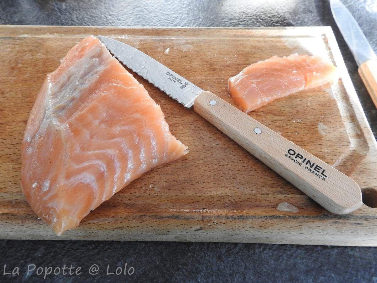 j'ai utilisé mon couteau opinel à crans de mon partenaire La Collection pour couper le saumon fumé au bois d'arbres fruitiers de mon partenaire Temps Gourmands !
