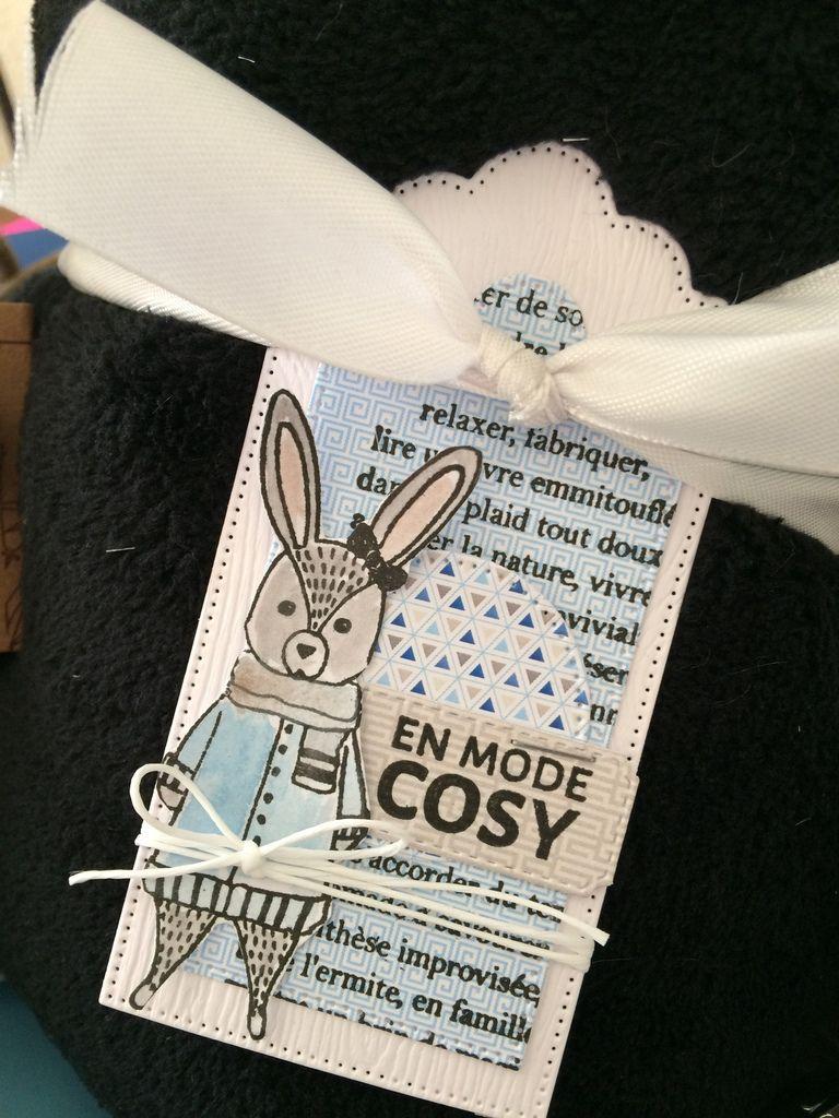 Chaussettes, Plaid et bougie pour une ambiance cocooning. Les tampons sont peints à l'aquarelle  et assortis aux couleurs des papiers.
