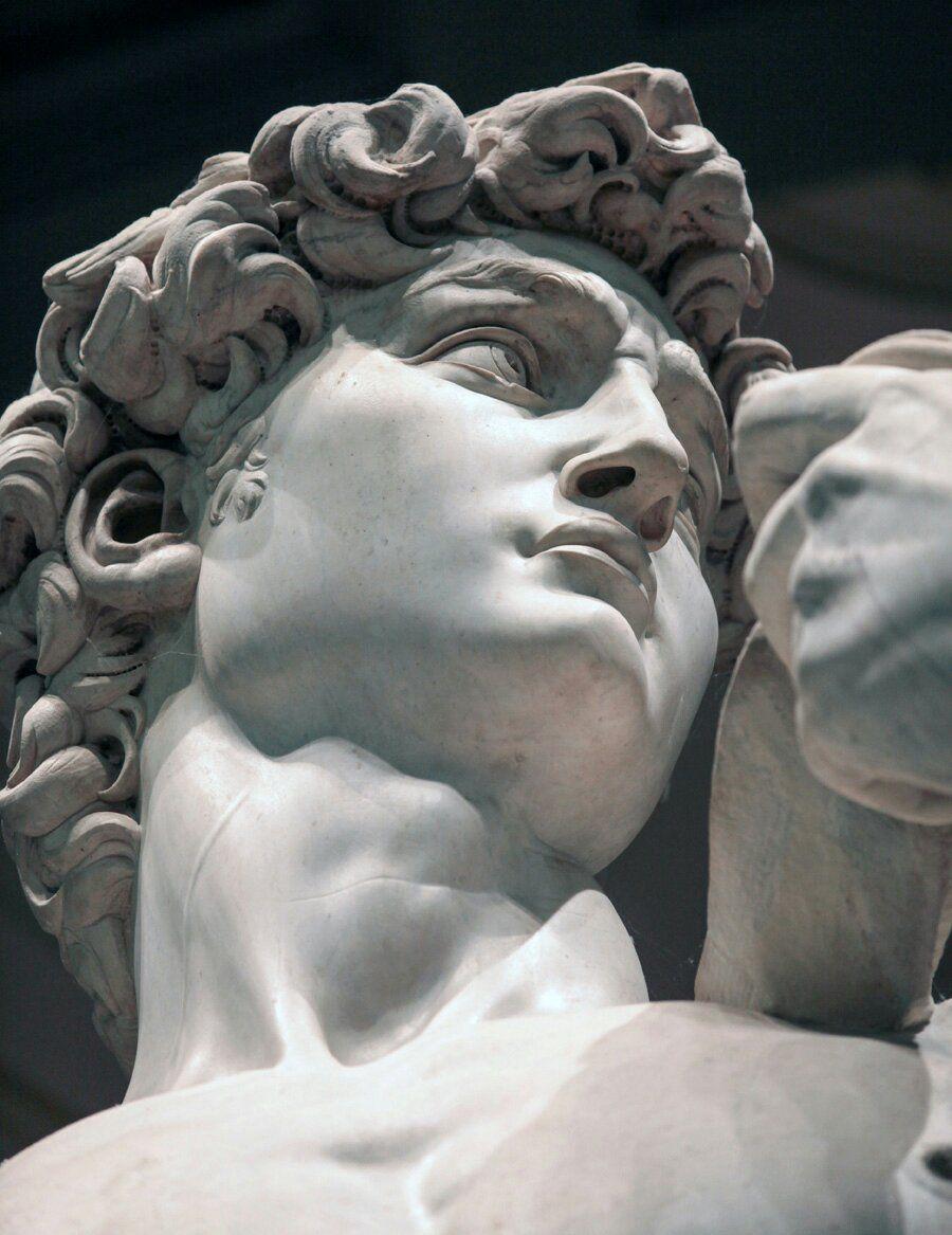 """Il dettaglio del David passato inosservato per 500 anni che porta Michelangelo nel futuro (Le détail de """"David"""" passé inaperçu pendant 500 ans qui propulse Michel-Ange dans l'avenir)"""