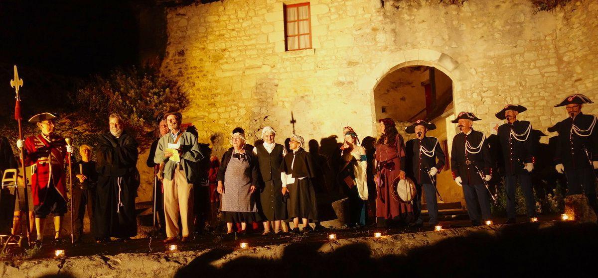 Les acteurs, personnages costumés et musiciens devant la poterne du château