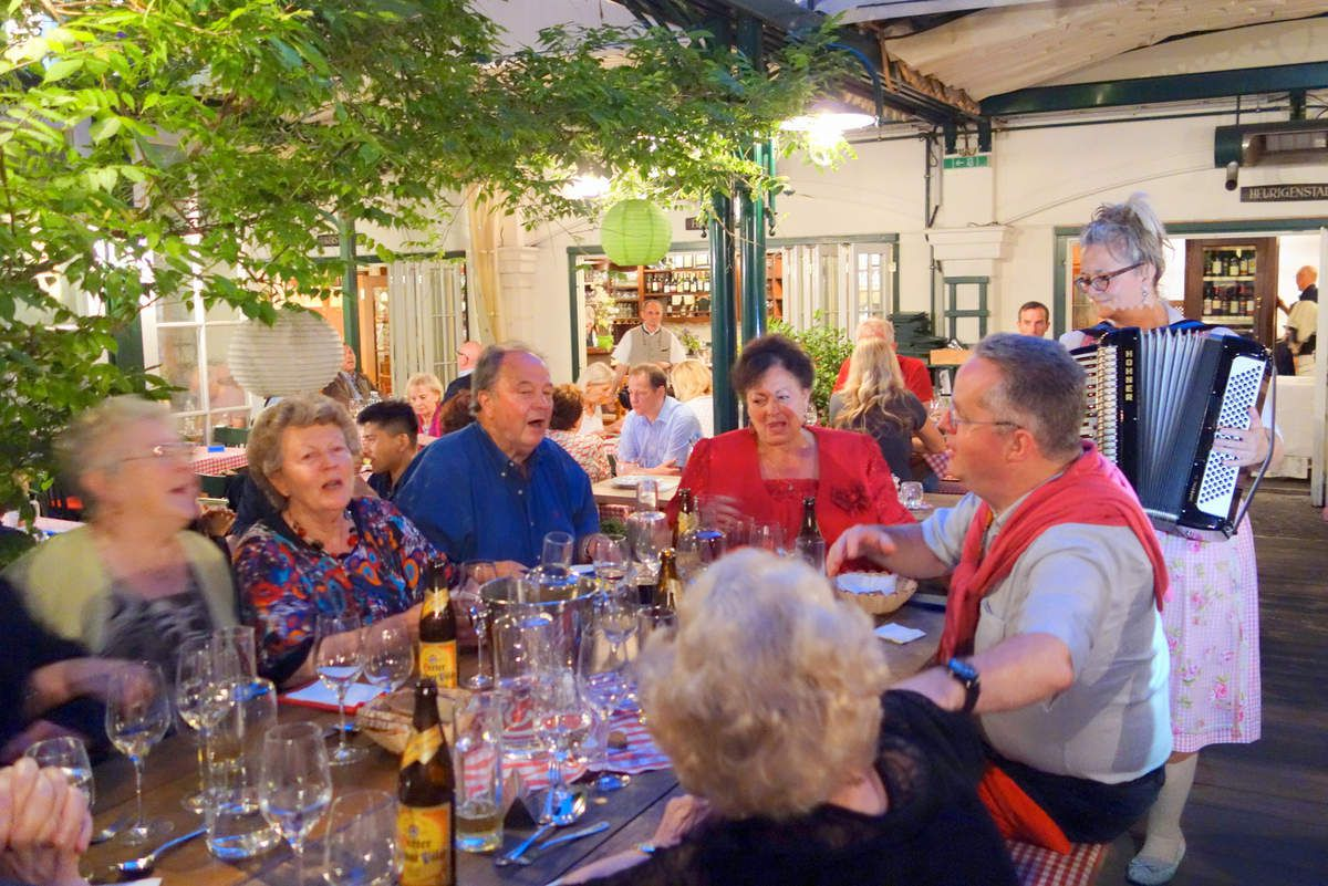 Mercredi 30 mai: Pavillon de MAYERLING , Abbaye cistercienne d'HEILIGENKREUTZ,  Déjeuner dans le village de GUMPOLDSKIRCHEN, Visite du château du BELVEDERE avec les œuvres de Gustave KLIMT, mais aussi celles de MONET, RENOIR et de MANET, Retour à l'hôtel puis départ pour GRIZING pour une soirée guinguette au ZUM MARTIN SEPP