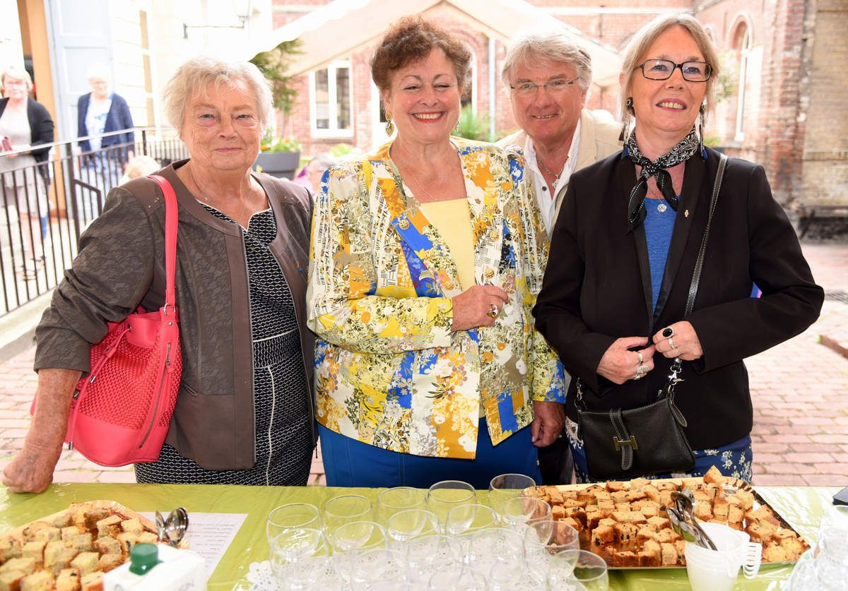 Inauguration officielle avec GinetteLoiseau Maire adjointe chargée des Associations, Chantal Pagnier Présidente de Béthune Accueil et les responsables d'ateliers