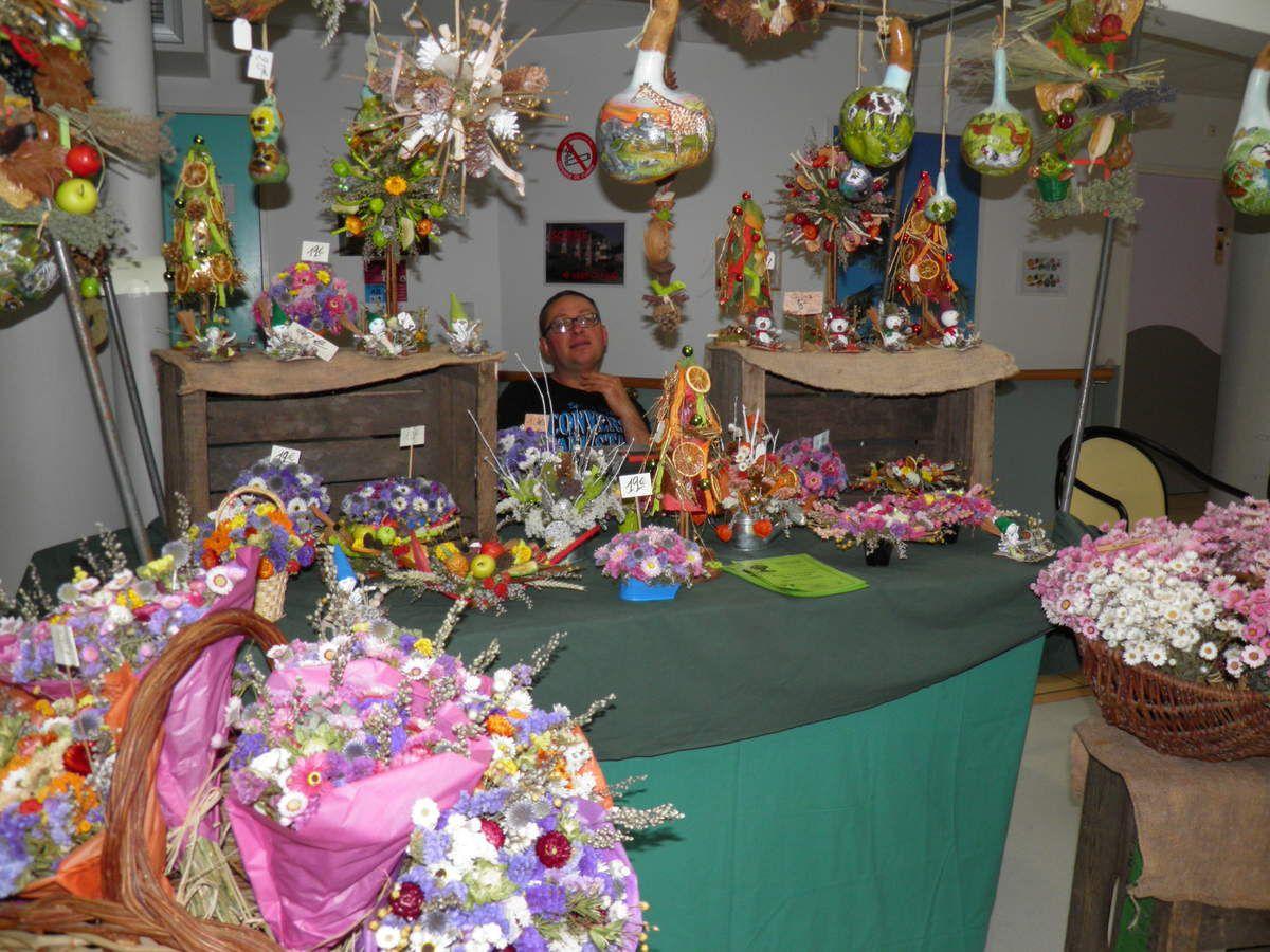 """Notre sympathique """"voisin de stand"""", David Cholet des Greniers de Thuret à Champfrémont et ses fleurs séchées."""