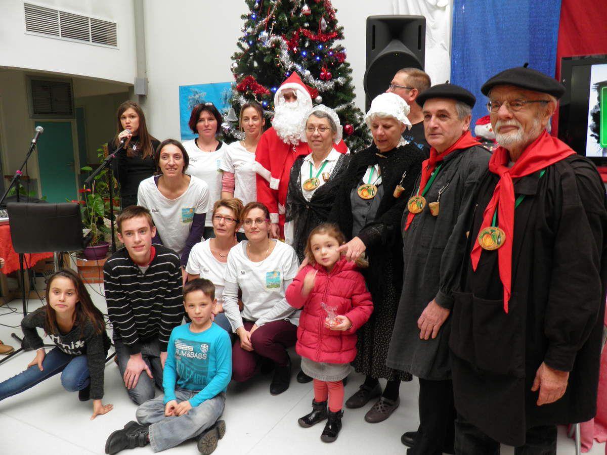 Une belle photo de groupe : des membres de Vie l'Âge, de la Confrérie des Fins Goustiers, le Père Noël, les enfants, la chanteuse Charlène et les enfants. Merci à Lucie qui a pris la photo pour qu'on puisse tous y être.