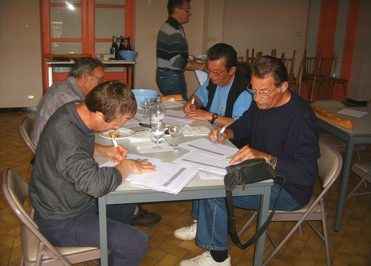 Le 3 juin 2006 à Saint-Pierre-des-Nids, les dégustateurs et leurs fiches de notation..