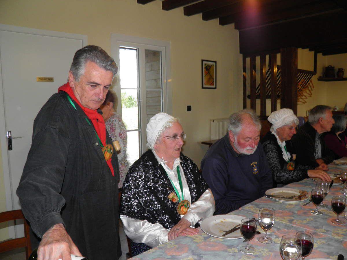 Michel, le Grand Maistre fait le service du vin.