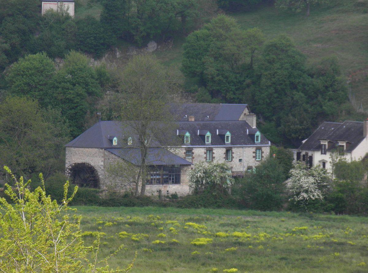 Au pied du coteau des vignes, le moulin de l'Espaillard et sa roue en très bon état.