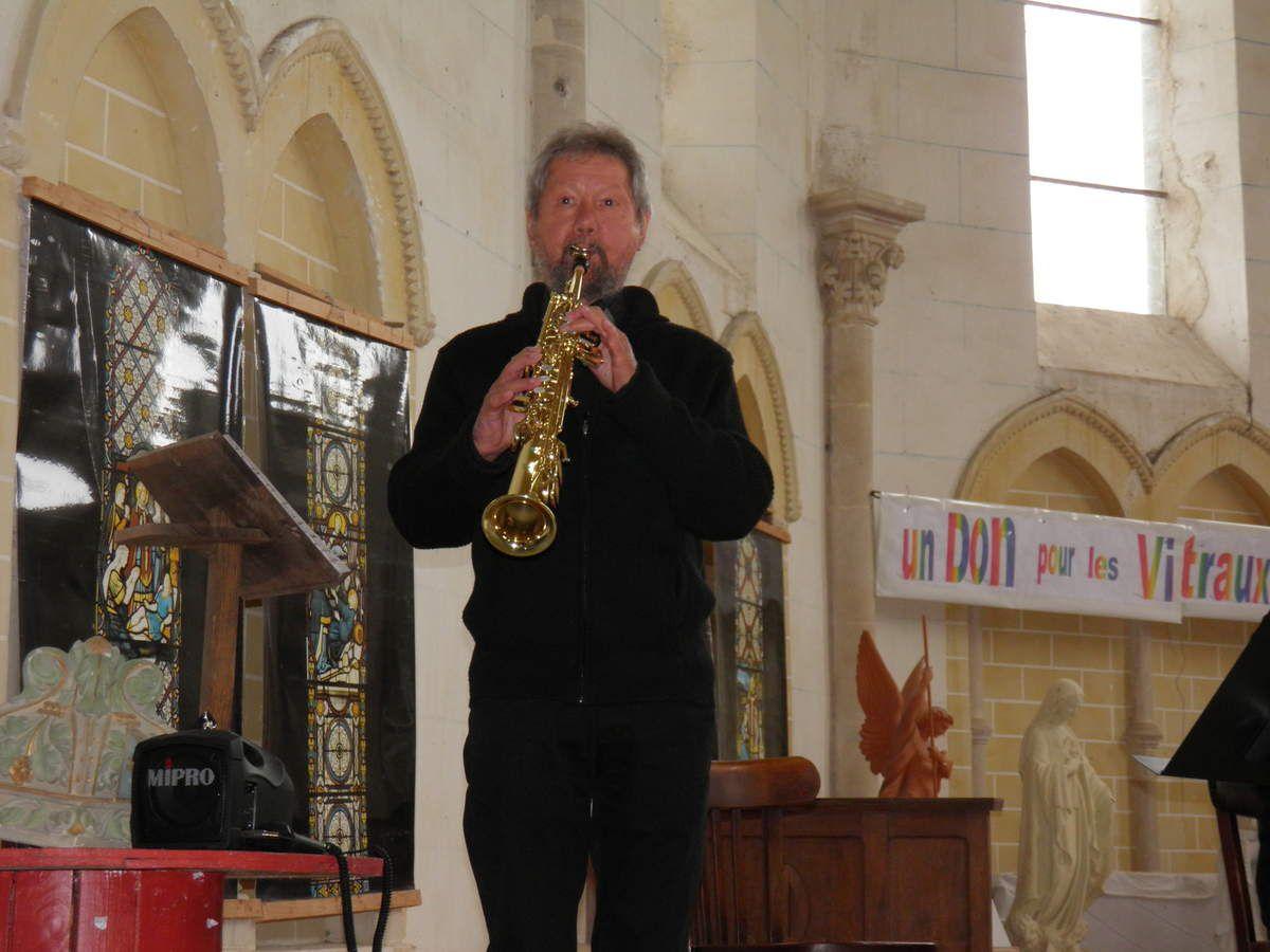 Louis et nous fait une petite démonstration sur son saxophone soprano.