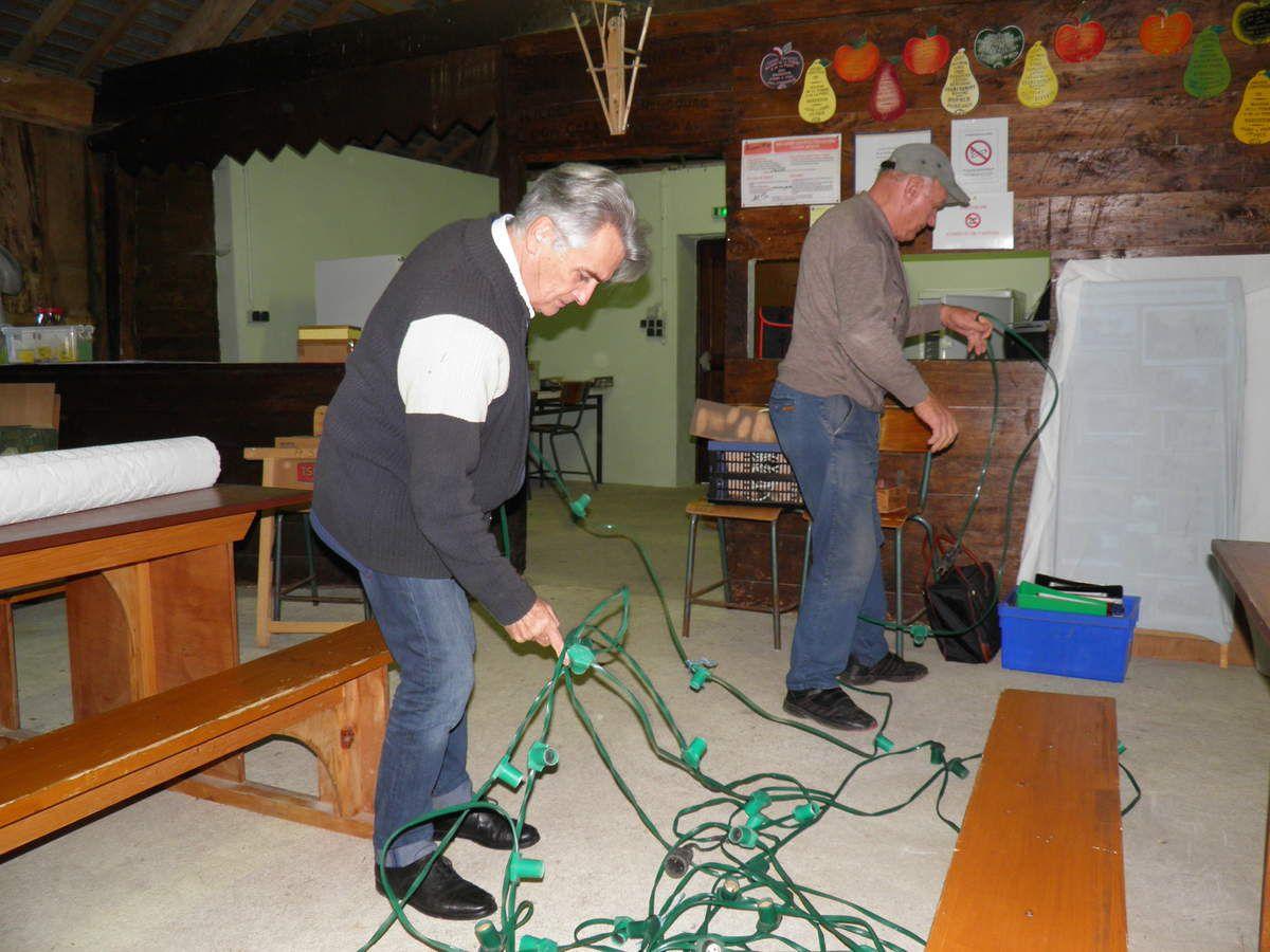 Michel, le Grand Maistre de la Confrérie, aide à l'installation de l'éclairage.