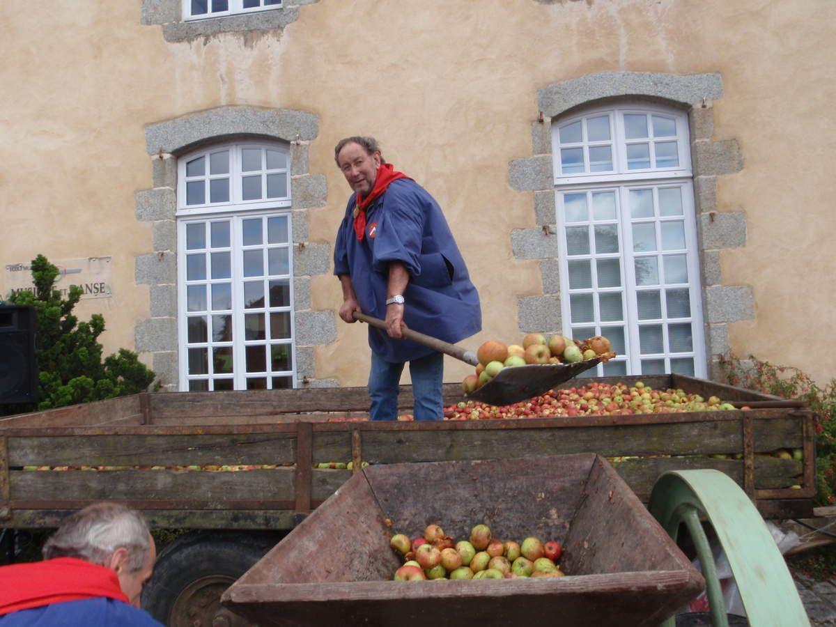 Un confrère verse les pommes dans le grugeoir.